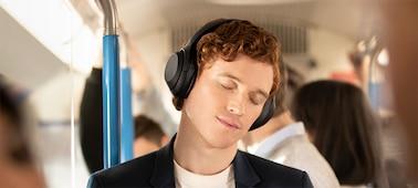 Tai nghe WH-1000XM4 trên một chuyến tàu