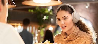 Tai nghe WH-1000XM4 trong một nhà hàng
