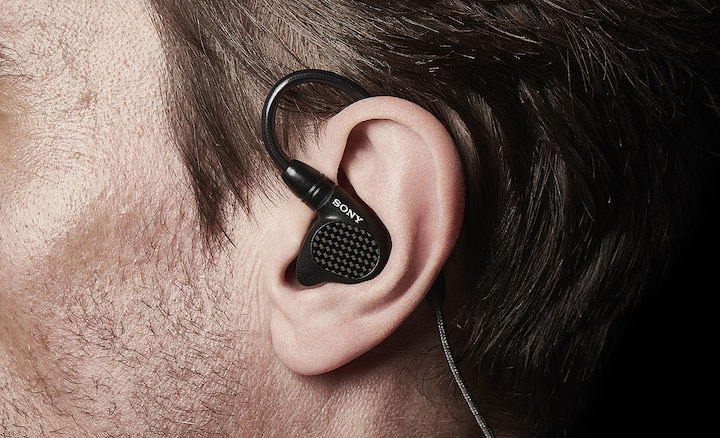 Hình ảnh cận cảnh IER-M9 vừa vặn trong tai người