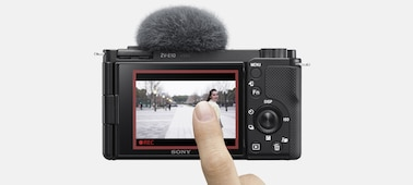 Hình ảnh một người chạm vào màn hình LCD để kích hoạt tính năng Theo dõi trong thời gian thực
