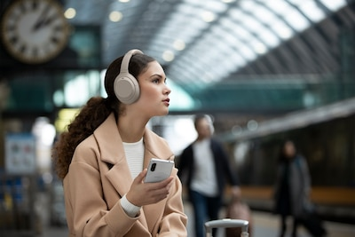 Người đeo tai nghe WH-1000XM4 đứng đợi trên ga tàu