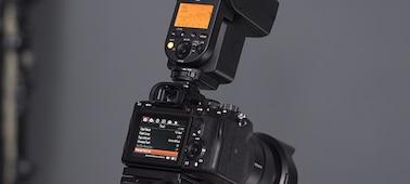 Hình ảnh minh họa thông số cài đặt của đèn flash trên máy ảnh, thể hiện máy ảnh có gắn đèn flash qua Cổng kết nối phụ kiện đa năng