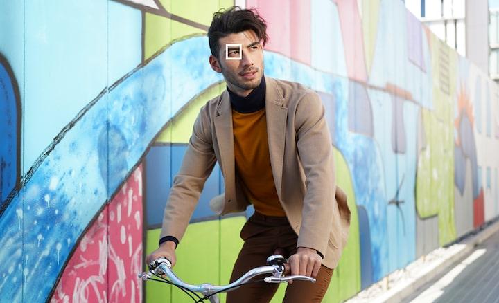 Hình ảnh người đàn ông đạp xe