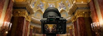Góc nhìn máy ảnh từ phía sau trên nền mờ của không gian bên trong nhà thờ