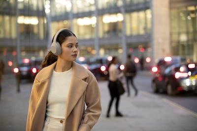 Người đeo tai nghe WH-1000XM4 trên phố