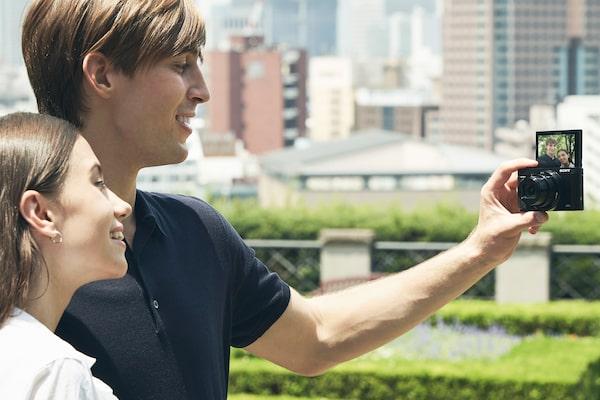 Selfie dễ hơn với màn hình LCD xoay nghiêng 180°
