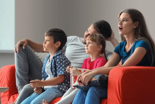 Gia đình đang xem phim