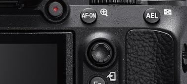 Hình ảnh thể hiện mặt sau máy ảnh với nút AF-ON và nút chọn đa năng
