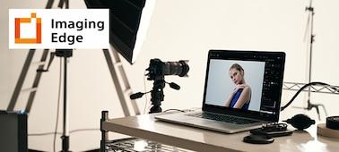 Hình ảnh studio minh họa ứng dụng Imaging Edge cho PC, trong đó máy ảnh gắn trên chân máy và hình ảnh chụp bằng máy hiện trên màn hình PC