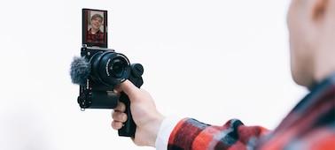 Hình ảnh tình huống của một người quay video theo hướng dọc