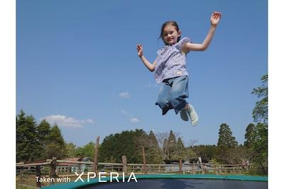 Hình ảnh đứa trẻ nhảy trên bạt lò xo