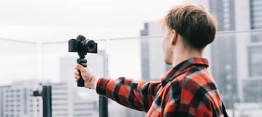 Hình ảnh tình huống một người đang ghi hình ở nơi lộng gió