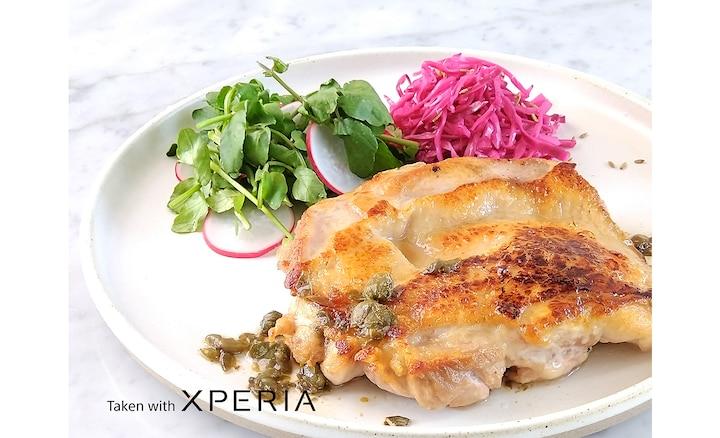 Đĩa thịt gà và salad chụp bằng Xperia
