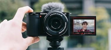 Chụp selfie bằng sản phẩm trong khi màn hình nghiêng đang mở