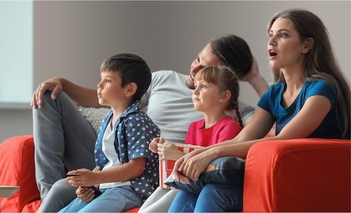 Gia đình đang thưởng thức phim