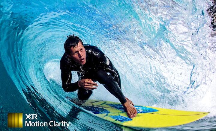 Hình ảnh người lướt sóng hiển thị chi tiết mà không bị mờ trong làn sóng
