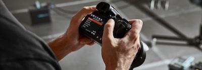 Hình ảnh mặt sau của máy ảnh cầm tay cho thấy menu trên màn hình máy ảnh