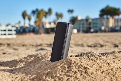 SRS-XB32 đứng thẳng trên cát