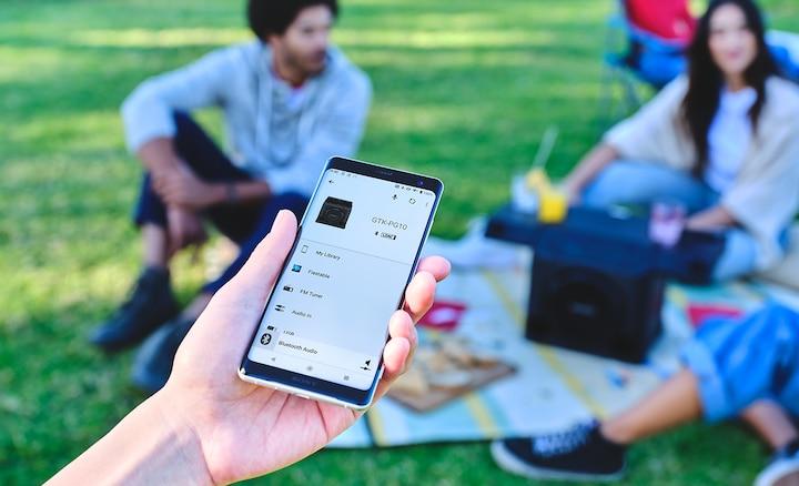 Điện thoại thông minh đang kết nối với GTK-PG10 qua ứng dụng Fiestable