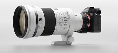 Hình ảnh thể hiện thân máy ảnh với ống kính A-mount lắp qua bộ chuyển đổi