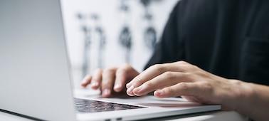 Hình ảnh một người đang gõ máy tính xách tay