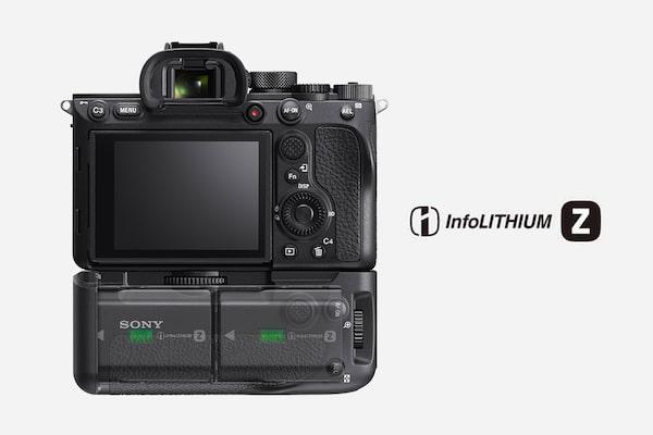 Hình ảnh mặt sau của máy ảnh với hai pin Z