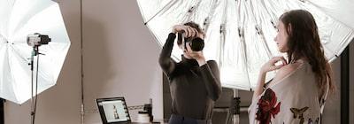 Hình ảnh nhiếp ảnh gia nữ và người mẫu nam trong studio chụp ảnh