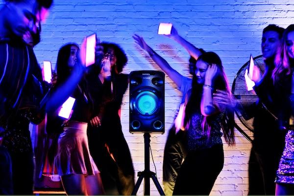 Khách dự tiệc sử dụng Đèn tiệc qua ứng dụng Fiestable trên điện thoại thông minh
