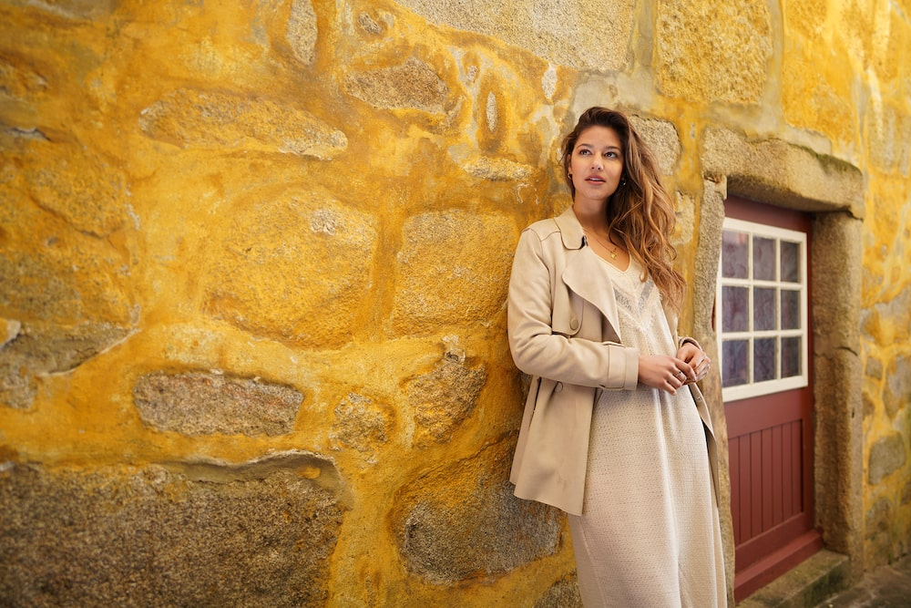 Story_Sony_A7RM3_SEL24F14GM_Lady_leaning_against_yellow_wall