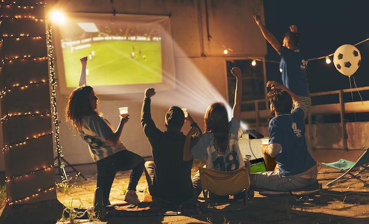 Một nhóm xem bóng đá bằng máy chiếu