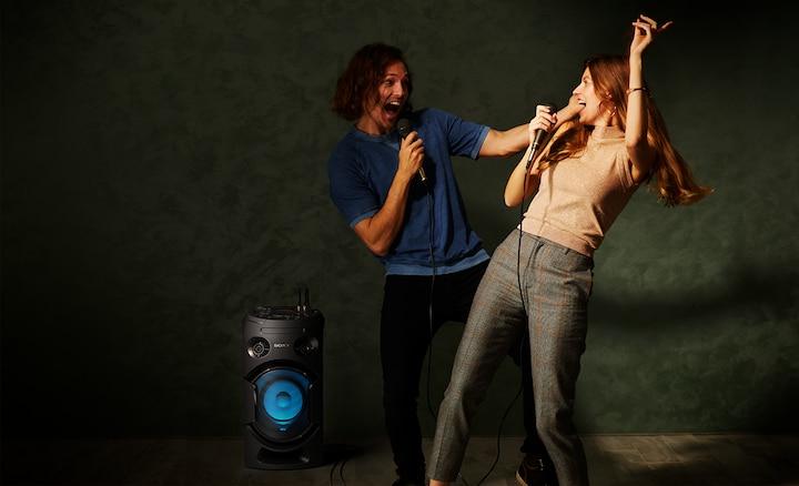 Hai người đang hát cạnh loa MHC-V21D